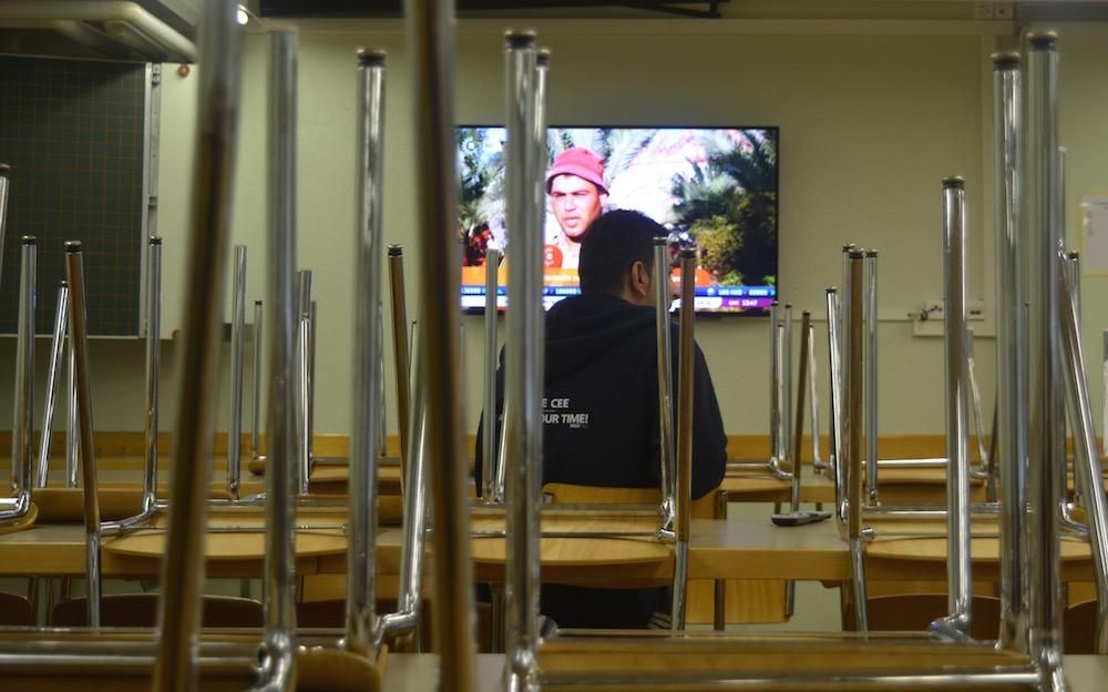 Arabische Nachrichten laufen im Ess- und Aufenthaltszimmer.