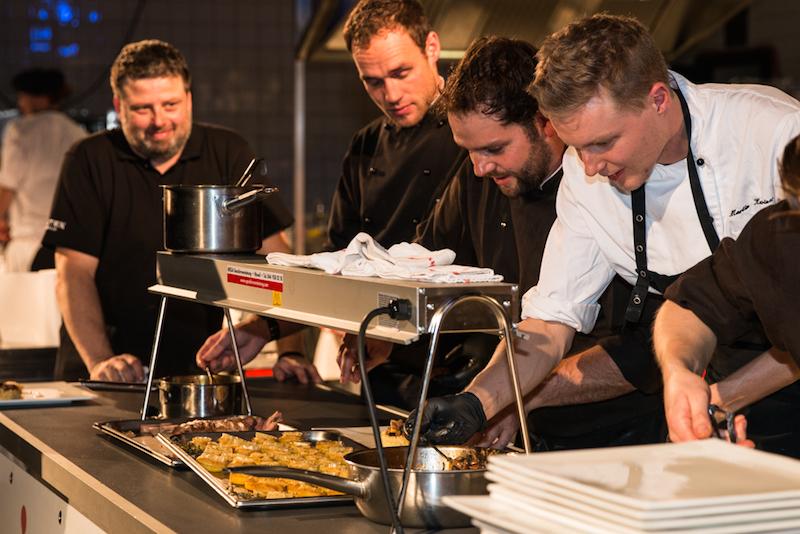 Beim Kitchen Battle im Neubad kamen die Köche beim Anrichten doch noch ins Schwitzen. (Bild: Marc Hodel)