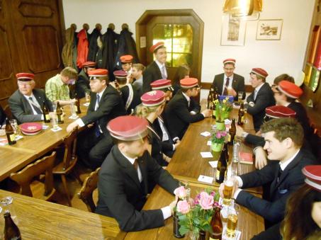 Mitglieder der A.V. Waldstättia geniessen ein kühles Bier.