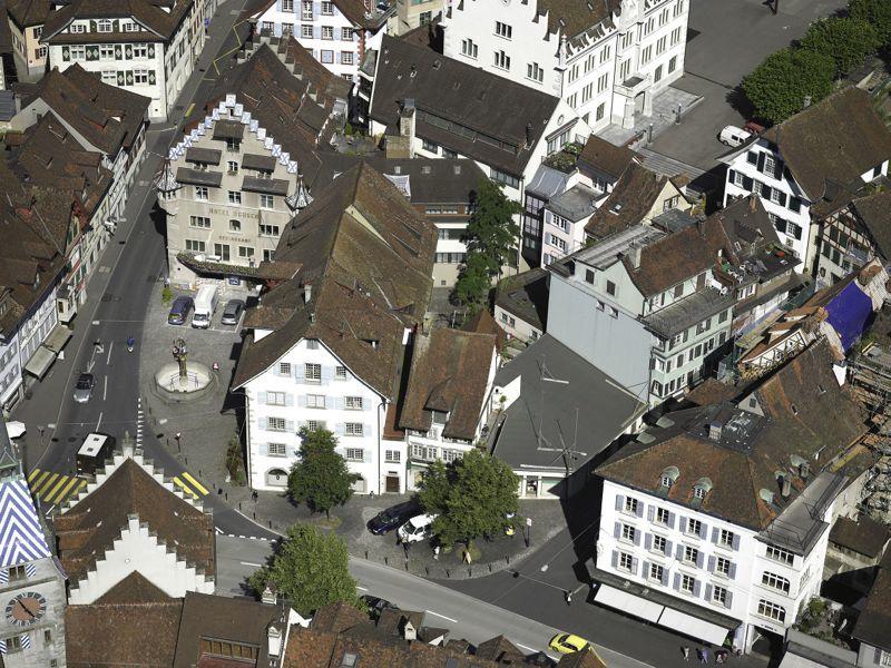 Ein Luftbild der Situation heute. Die Brandlücke, wo jetzt Bauprofile stehen, besteht seit 1999.