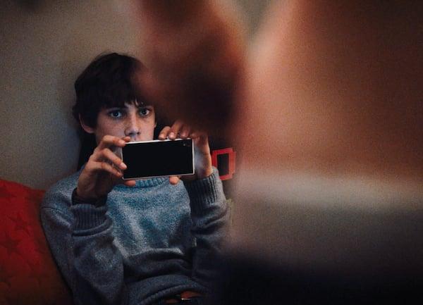 Szene aus «Upload»: Elias (Pablo Caprez) filmt mit seinem Handy, wie seine Freundin Franziska (Yaël Meier) sexuelle Handlungen vornimmt.