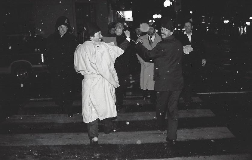 Wette verloren. Rückwärts in Handschellen musste Kari Nussbaumer nach seiner Ernennung zum Zunftmeister zurück in die Schmitte laufen.