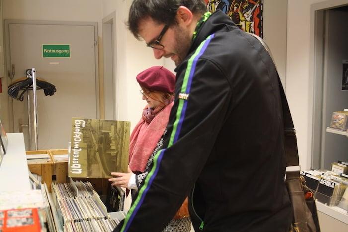 Die Kundschaft wühlt eifrig im breiten Angebot an Musik, das man im Old Town Store findet.