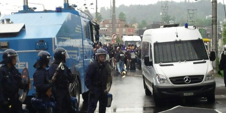 Ein Einsatz im Frühling 2015: Starke Polizeikräfte trennen beim Bundesplatz die gegnerischen Fanlager.