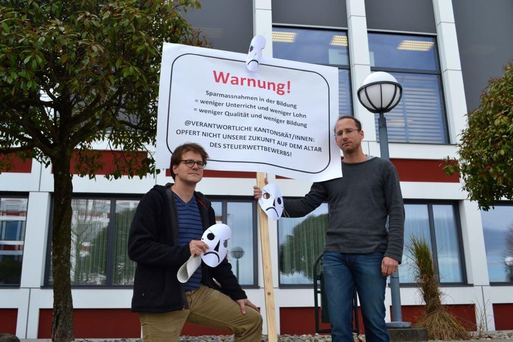 Urs Fischer und Yves Keller (v.l.) vom Lehrerverein der Kanti Reussbühl engagieren sich gegen Sparmassnahmen im Bildungsbereich.