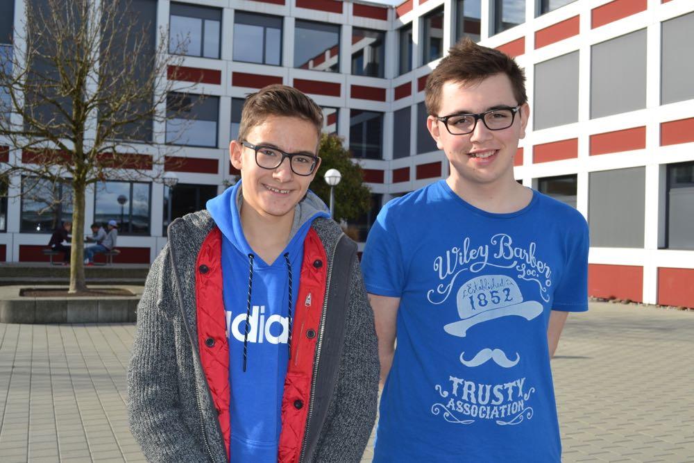 Finden eine zusätzliche Ferienwoche nur auf den ersten Blick toll: Nikola Bosancic und David Scheidegger (v.l.), Schüler der Kanti Reussbühl.