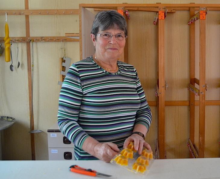 Für die Helferin Martha Kirchhofer gehört das alljährliche Kerzenziehen seit 20 Jahren zum Advent dazu. (Bild: jav)