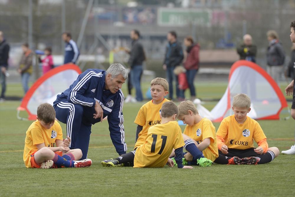 Andy Egli mit seiner Mannschaft anlässlich eines Juniorenturniers im März 2015 (Foto: Martin Meienberger).