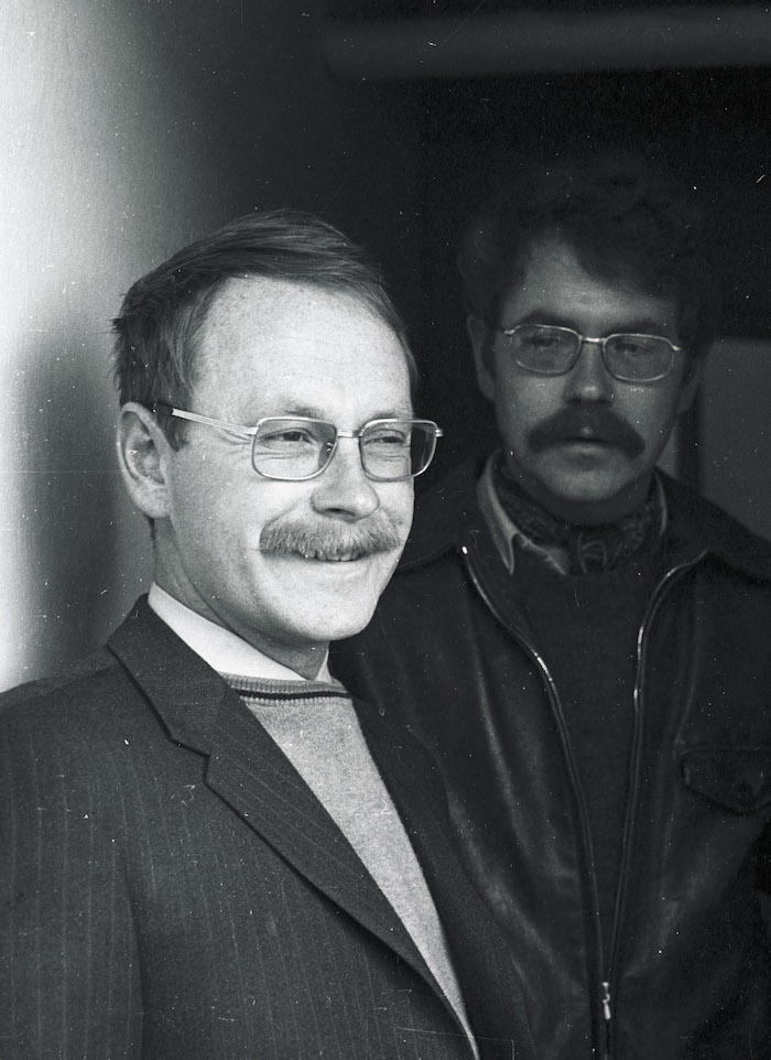 Werner Hofmann und im Hintergrund sein Bruder Godi Hofmann. (Bild: Emanuel Ammon/AURA)