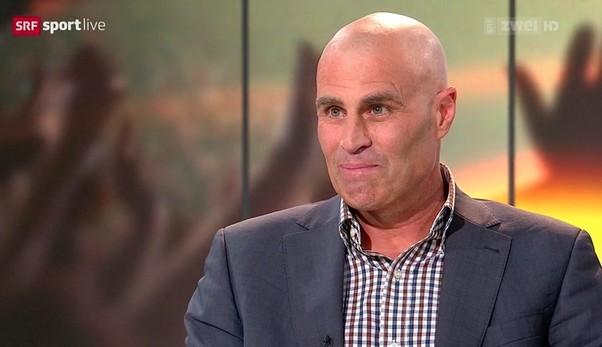 Andy Egli als TV-Experte beim Schweizer Fernsehen. Im September teilte er live im Fernsehen mit, dass er an Hodenkrebs erkrankt sei (Foto: SRF).