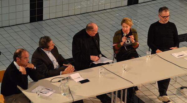 Claus Spahn, Michael Häfliger, Peter Hagmann, Myriam Prongué und Roger Merguin im Gespräch. (von links)