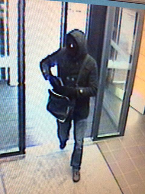 Vermummt und mit einer schwarzen Tasche betrat der Täter die Bank in Hochdorf.