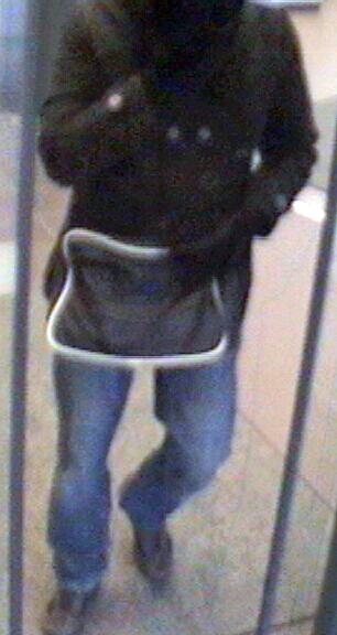 Der Täter trug eine schwarze Tasche mit weissem Saum bei sich.