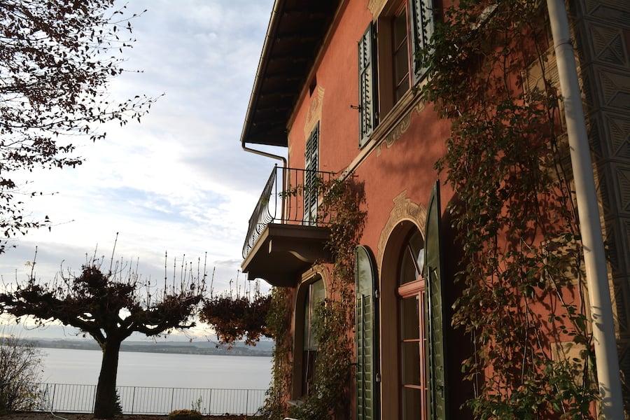 Die Casa Rossa mit Blick auf den Zugersee.