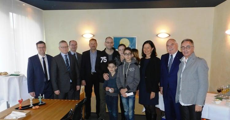 Familie Wyssmann wird vom Gemeinderat begrüsst.