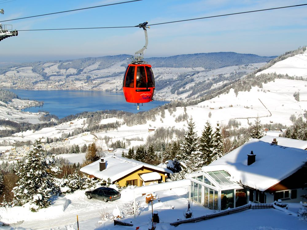 Die welterste Drehgondelbahn bringt Winterfans bequem in nur 8 Minuten von Sattel (800 m.ü.M.) auf den Mostelberg (1200 m.ü.M.).