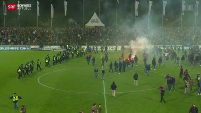 Am 15. Mai 2015 kam es zu wüsten Szenen. Die FC Basel Fans «feiern» ihren Meistertitel mit dem Stürmen des Spielfelds und wüsten Vandalenakten (Bild: Screenshot SRF).