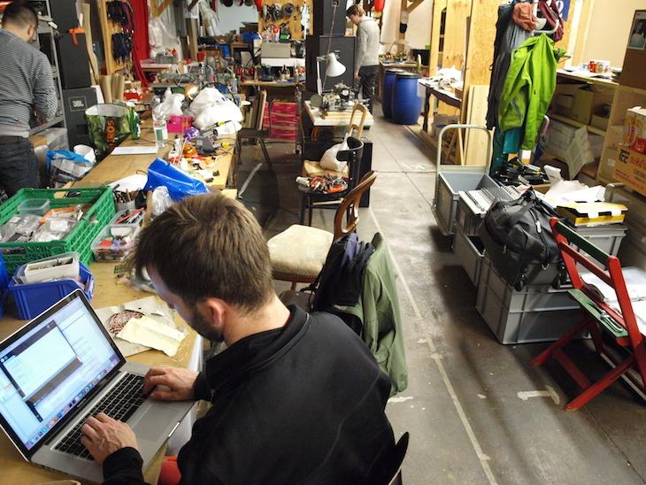 Im Hackspace treffen sich jeden Mittwoch Leute, um offene Werkstätten zu nutzen. Dabei helfen sich die Teilnehmenden gegenseitig bei Problemlösungen.