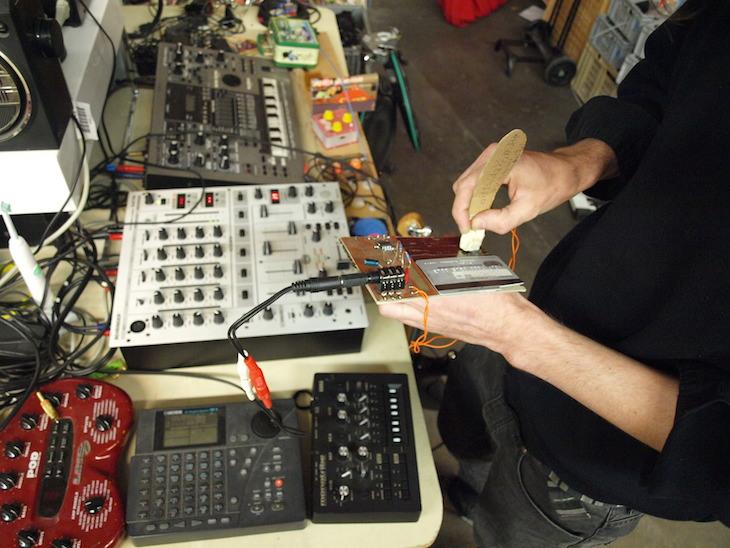Dinge zweckentfremden gehört auch zum Hacking. Hier wird eine Kreditkarte zu einem musikalischen Instrument. Klingt wie ein DJ, der seine Platte scratcht.
