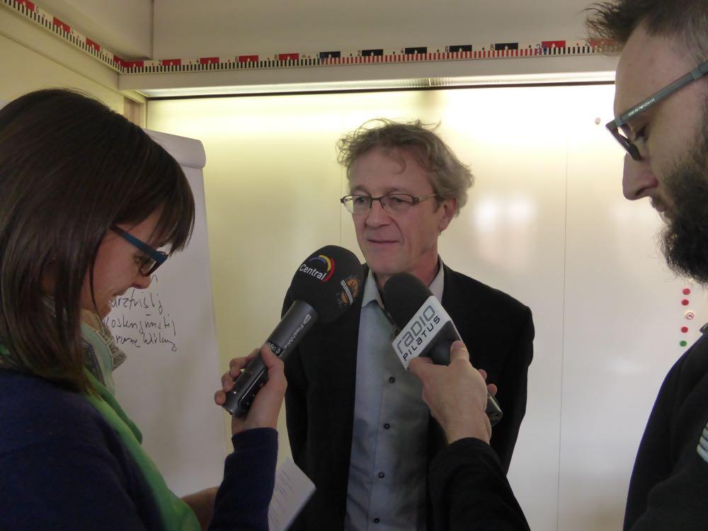 Stadtrat Adrian Borgula gibt den Journalisten nach der Medienkonferenz diesen Freitag Auskunft.