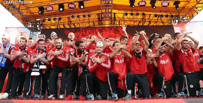 Die albanische Nationalmannschaft feiert die Qualifikation für die EM-Endrunde. Mit dabei auch ganz viele Spieler, die den Schweizer Pass besitzen. (Bild: Albanischer Fussballverband)