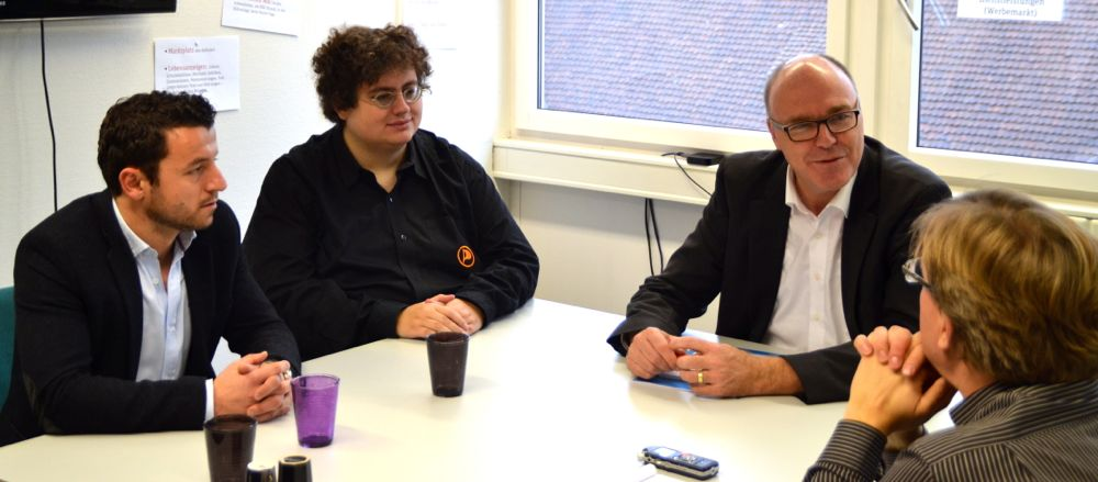 Zari Dzaferi (SP), Stefan Thöni (Piraten) und Martin Pfister (CVP) im Gespräch mit Marc Benedetti.