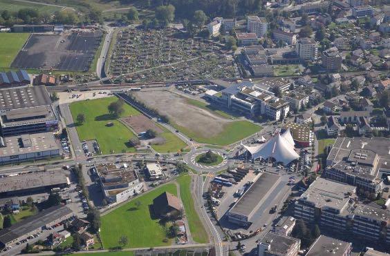 Auf der grossen braunen Brache rechts zwischen Brändi Horw und dem Kreisel soll die Grossüberbauung samt Eventhalle realisiert werden.