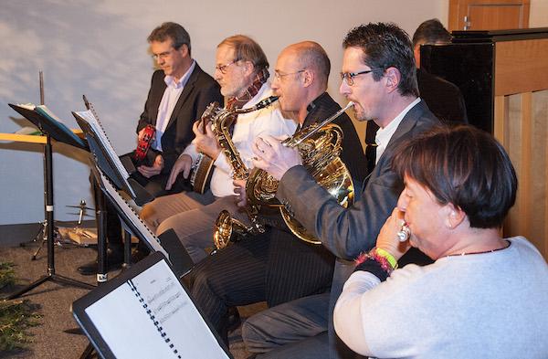 Spielten für die Mitarbeitenden: Vroni Straub-Müller, Urs Raschle, Mario Venutti, Dolfi Müller, Beat Rüttimann. Hinten am Klavier: Karl Kobelt.