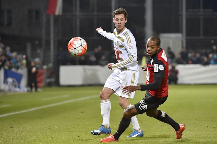 Clemens Fandrich lieferte am 12. Dezember im Viertelfinal des Cups gegen den FC Aarau eine seiner besten Leistungen. Hier im Zweikampf mit Kim Jaggy (Foto: Martin Meienberger).