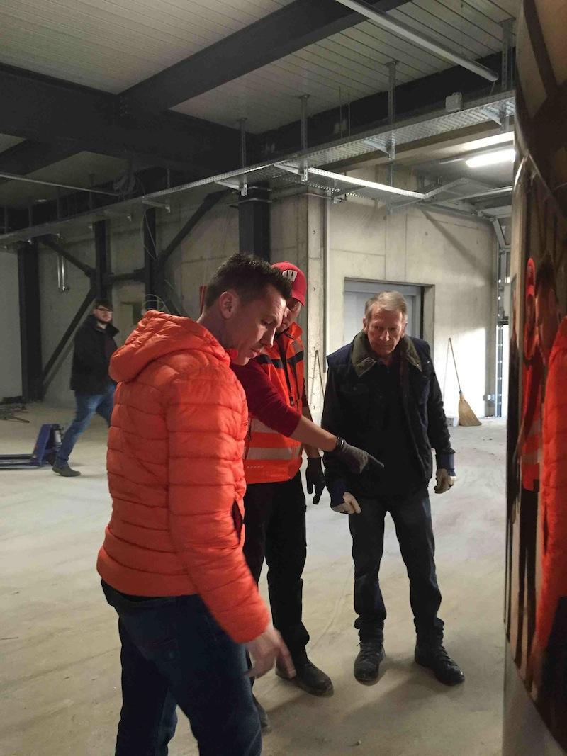 Besichtigung des Raums, wo das Sorseer Bier gebraut werden soll. Die Verwaltungsräte Adrian Schöpfer (l.) und Robert Schmidlin (r.) diskutieren mit Braumeister Andreas Quendt (M.).