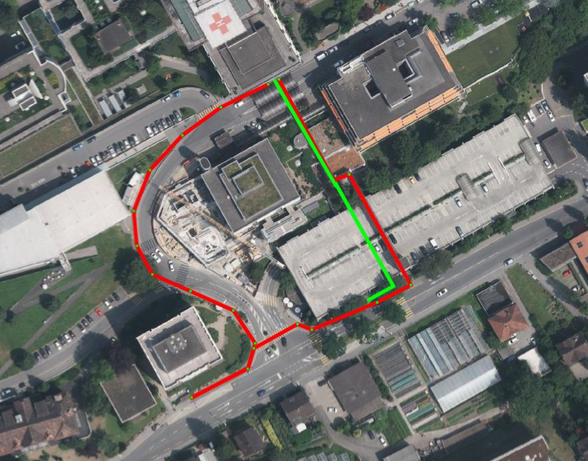 Die alte Bushaltestelle links vom Parkhaus wird aufgehoben und durch eine neue direkt vor dem Parkhaus ersetzt. Bisher mussten die Besucher den längeren roten Weg zum Spital gehen. Neu gehts mit dem grünen Weg nur noch halb solang.