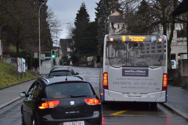 Spitalstrasse beim Schulhaus St. Karli: Vor dieser Ampel wird der vom Spital her auf der Gegenfahrbahn runterfahrende Bus wieder einscheren.