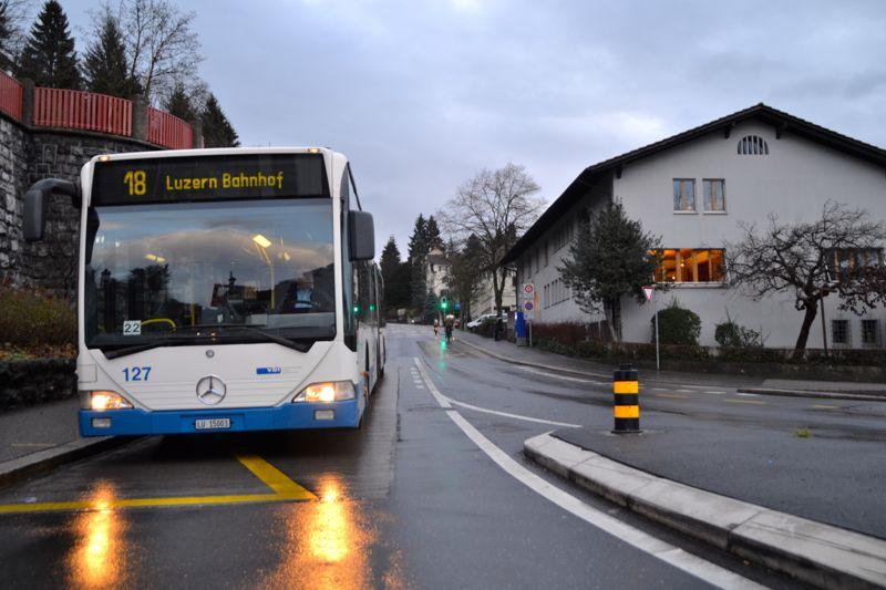 Hier kommt der Bus nach dem Einfädeln bei der Ampel wieder zu stehen.