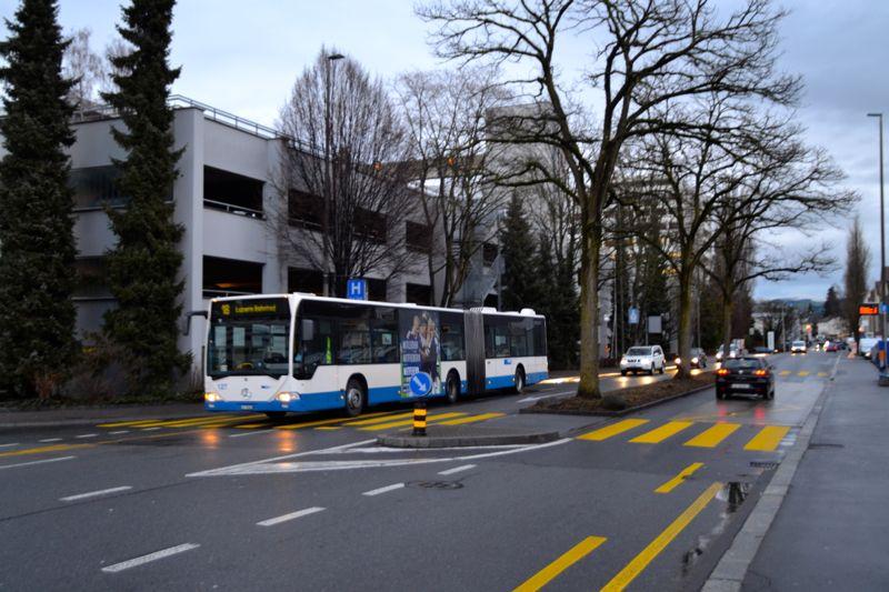 Noch fährt der Bus durch: An dieser Stelle ist der neue Bus-Stopp geplant.