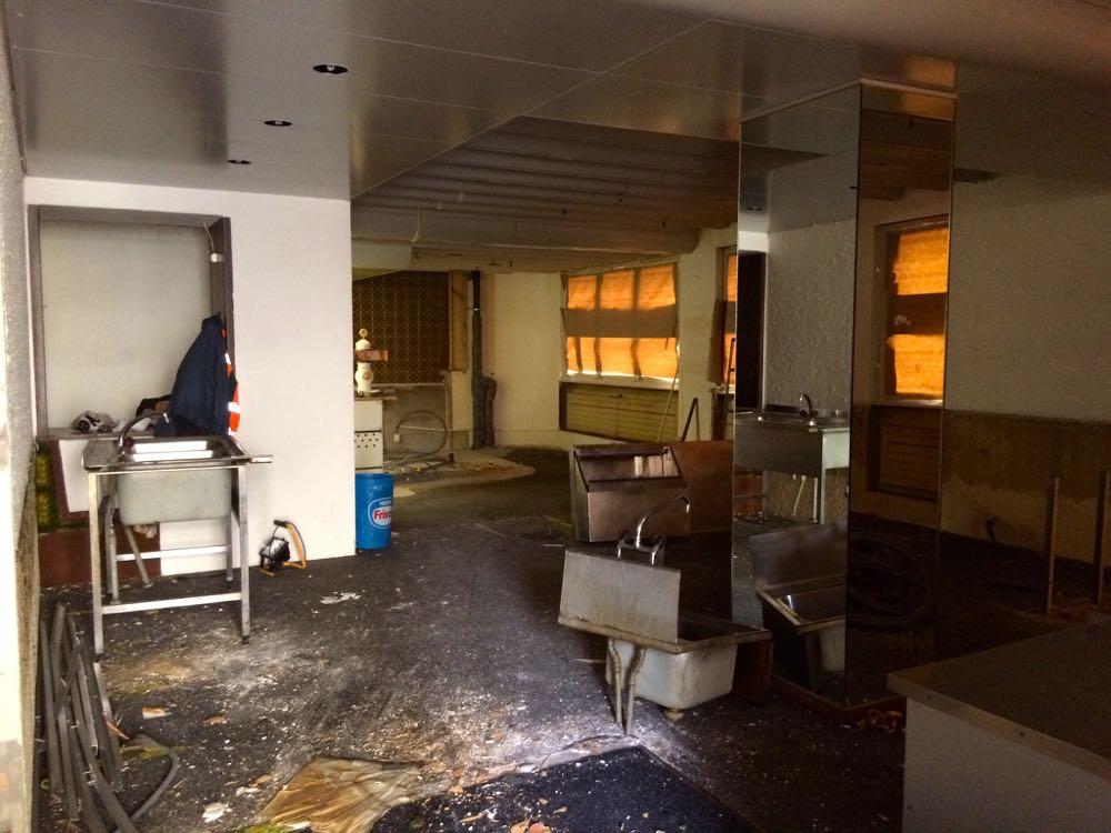 Derzeit wird in der ehemaligen Pizzeria Da Milo das Inventar ausgeräumt, damit der Innenarchitekt seine Arbeit aufnehmen kann. (Bild: azi)