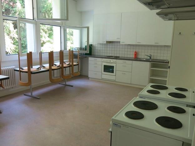 Auf jedem Stockwerk des Asylzentrums befindet sich eine Küche (Bild: SRF).
