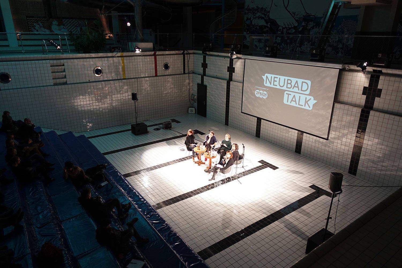 Viel zu reden im Pool: Adrian Albisser, Angela Meier und Catherine Huth zwischen den Moderatorinnen Alice Reinhard (ganz links) und Lea Schüpbach (ganz rechts).