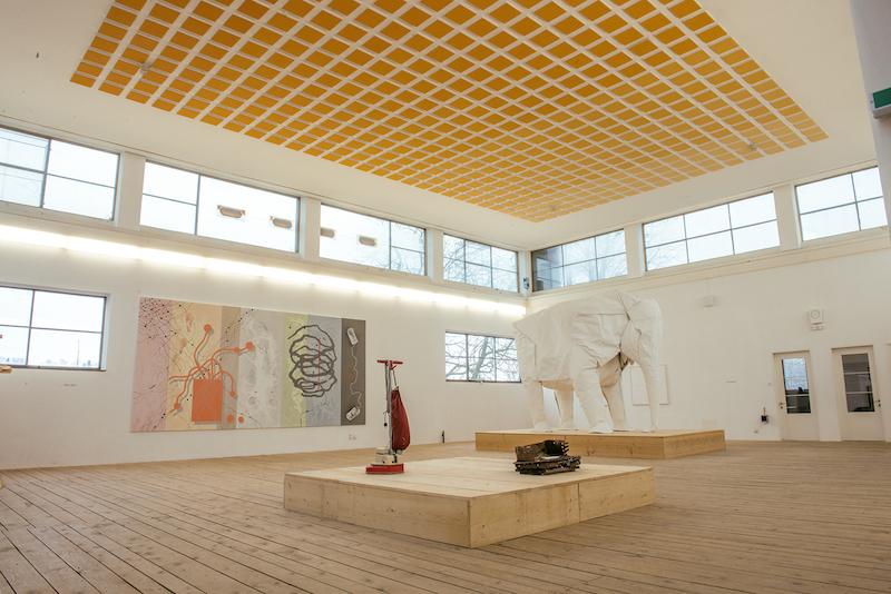 Einblick in eine der vier Kunsthallen vom KKLB mit Arbeiten von verschiedenen Künstlern.