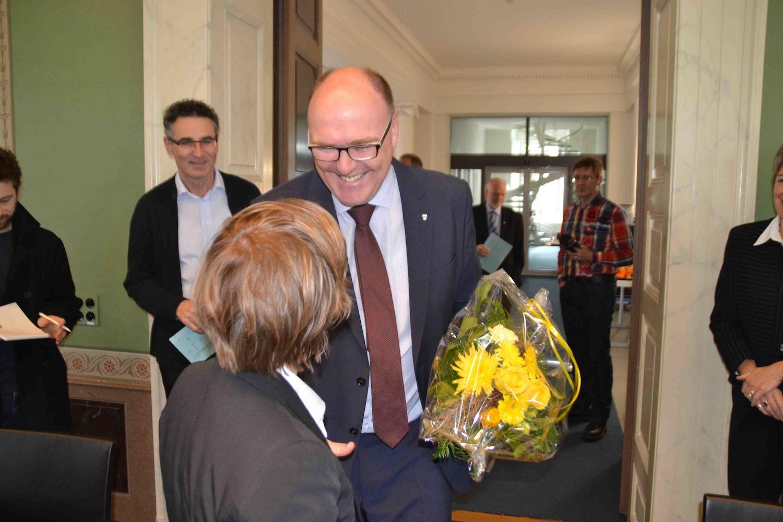 Der frisch gewählte Zuger Regierungsrat Martin Pfister erhält eine Gratulation von SP-Präsidentin Barbara Gysel.