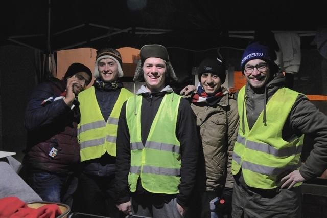 Nachtschicht. Von links: Syrischer Flüchtling, Jonas Baum, Alexander Imhof, Syrischer Flüchtling, Nik Rigert.