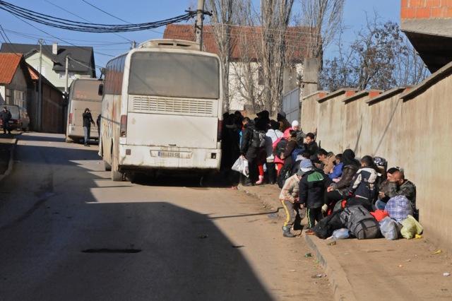 Flüchtlinge bei der Ankunft von UN-Bussen in Miratovac.