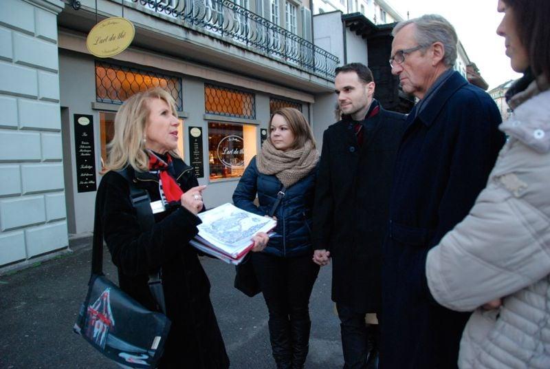 Galgen-Führerin Christina Gerritsen erklärt den Gästen die dunkle Geschichte der Stadt Luzern.