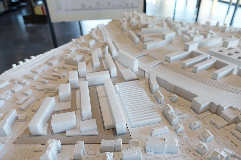 Modell des Projekts von Oester Pfenninger: Die Shedhalle mit dem charakteristischen Dach, links davon das Areal Reussbühl West.
