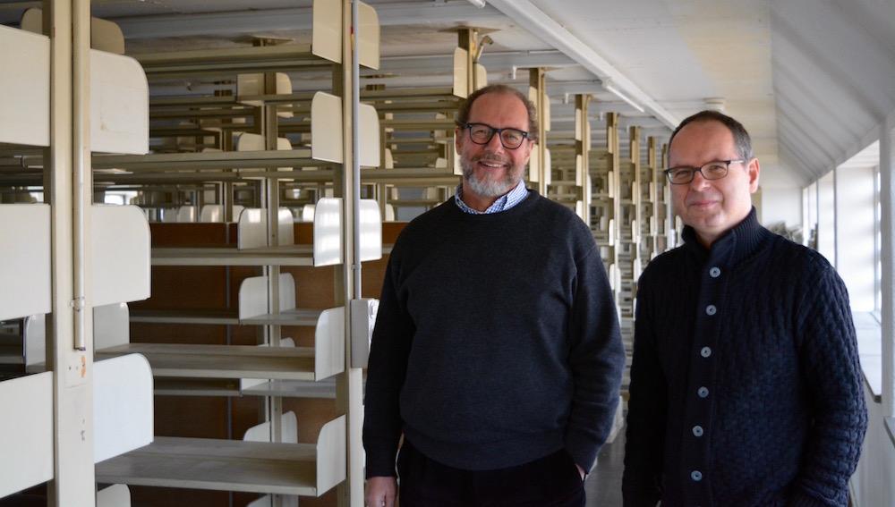 Niederer und Tschirren im dritten Stock der ZHB vor den leeren Magazinen.