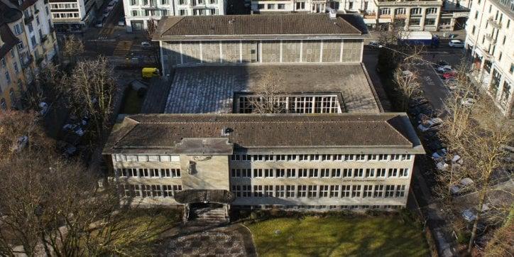 Die Fassade bröckelt: Die Zentral- und Hochschulbibliothek wartet noch immer auf die dringend notwendige Sanierung. (Bild: Emanuel Ammon/AURA)