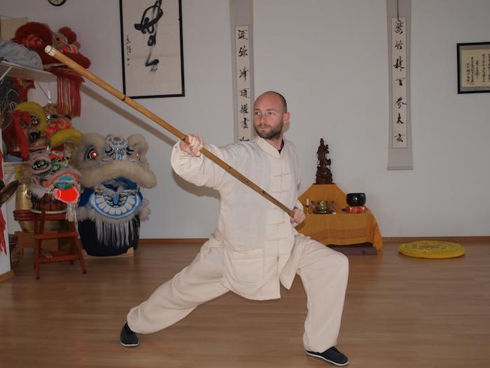Roger Stutz als Kämpfer mit einem Stab (Bild: esa).