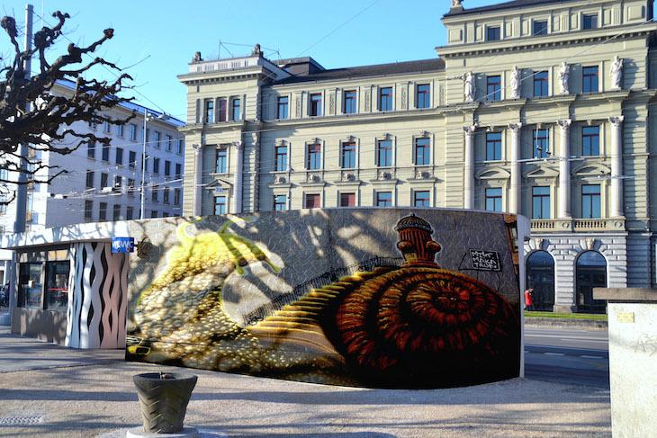 An der Promenade am Schweizerhofquai könnte das Bus- und WC-Häusschen aufgewertet werden. (Bild: Montage jav)