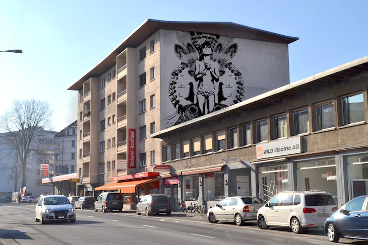 Auch von der anderen Seite wäre das Gebäude an der Bundesstrasse verschönerungswürdig. (Bild: Montage Queenkong)