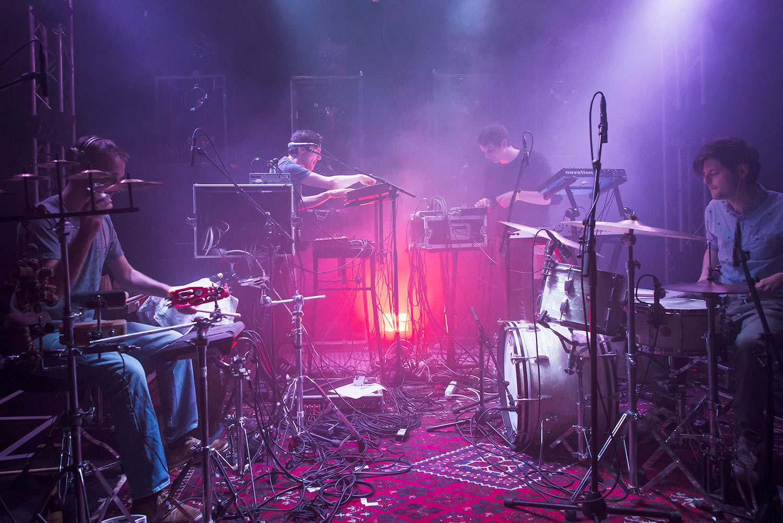 Der Kabelsalat ist Programm. Von links: Lukas Weber (Perkussion), Flavio Steiger (Synth, Gesang), Silvan Reis (Synth) und Florian Schneider (Drums).