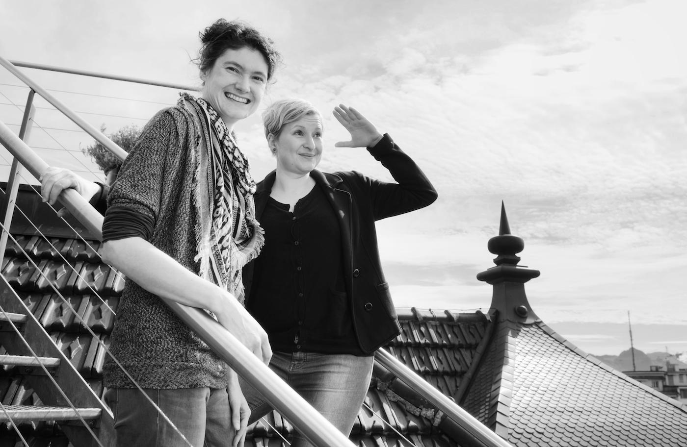 Sonja Eisl (links) und Caroline Haas über dem Kleintheater.